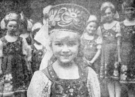 Самая юная участница ансамбля Люда Семенова, ей недавно исполнилось пять лет