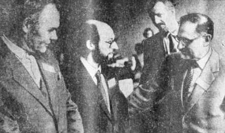 Есть о чем побеседовать профессору из Лиссабона А. Помбейро (он в центре) с советскими коллегами