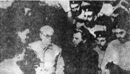 Писатель А. Степанов и главный режиссер Тамбовского облдрамтеатра В. Галицкий (в центре справа) среди актеров – участников спектакля «Порт Артур», 1954 года