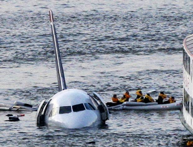 Пассажиры на надувном плоту отчаливают от самолета, который приводнился на реке Гудзон в 2009 году Фото: Bebeto Matthews / Associated Press