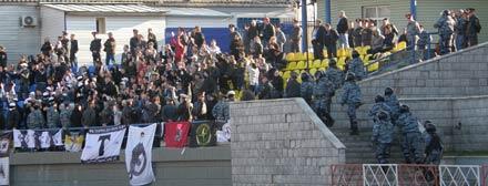 Болельщиков «Торпедо» весь матч караулила милиция. Под конец матча подоспел ОМОН.