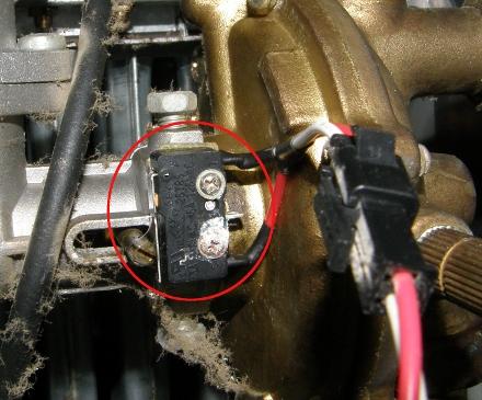 К микропереключателю газовой колонки «Нева-4511» ведёт провод. Сам микропереключатель закреплён двумя винтами