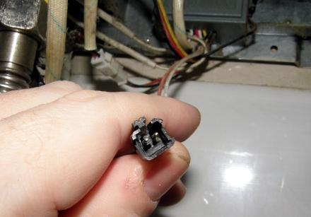 …и два контакта замыкаем напрямую любым, подходящим по ширине металлическим предметом