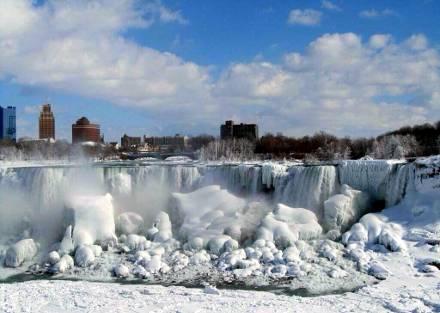 Ниагарский водопад замёрз впервые за более, чем 100 лет