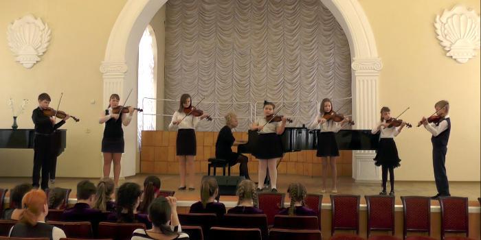 Игра под минусовку для скрипки позволяет развить необходимые для музыканта качества
